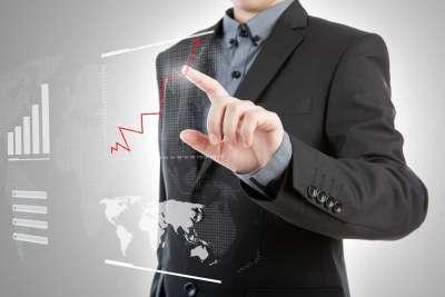 Mann erklärt ein Diagramm für Wirtschaftsfachleute | Sabel Schulen Nürnberg