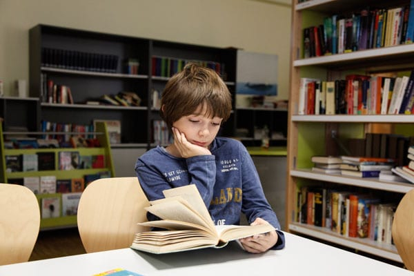 Ein Schüler des Gymnasiums Nürnberg beim Lernen | Sabel Schulen Nürnberg