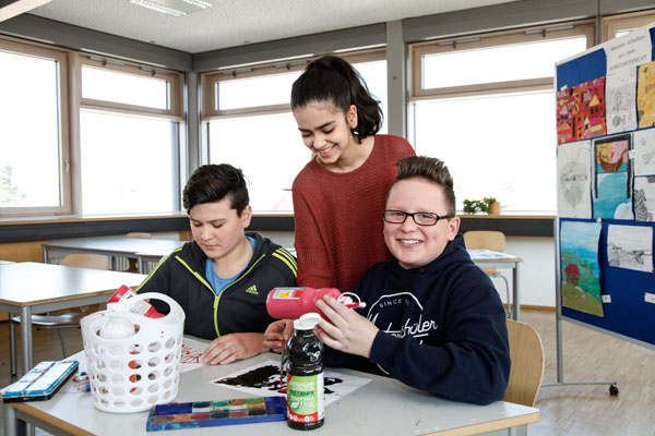 3 Realschüler im Klassenraum der privaten Realschule Nürnberg | Sabel Schulen Nürnberg