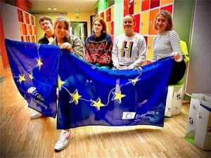 Gruppenbild mit EU Fahne an den SABEL Schulen in Nürnberg