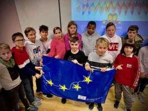 SchülerInnen der SABEL Realschule Nürnberg posen fürs Gruppenbild mit EU Fahne