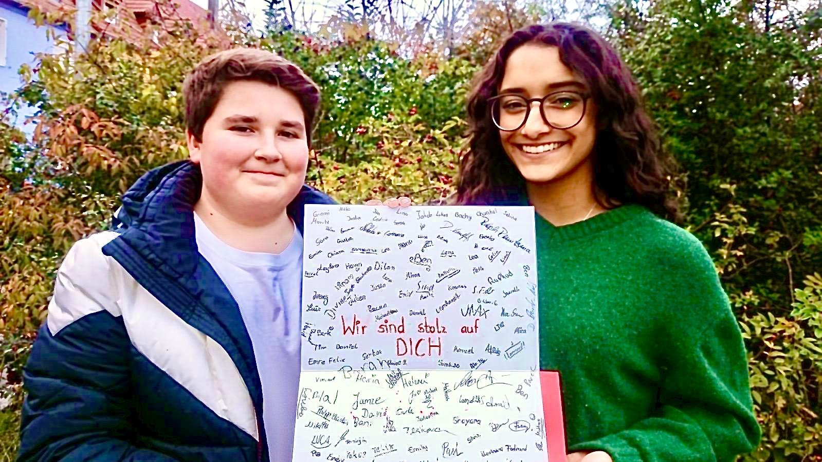 SABEL Schüler überreicht Karte dem Nürnberger Christkind
