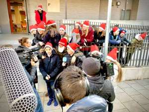 Die SchülerInnen der SABEL Schulen Nürnberg freuen sich über Autogramme von KIKA