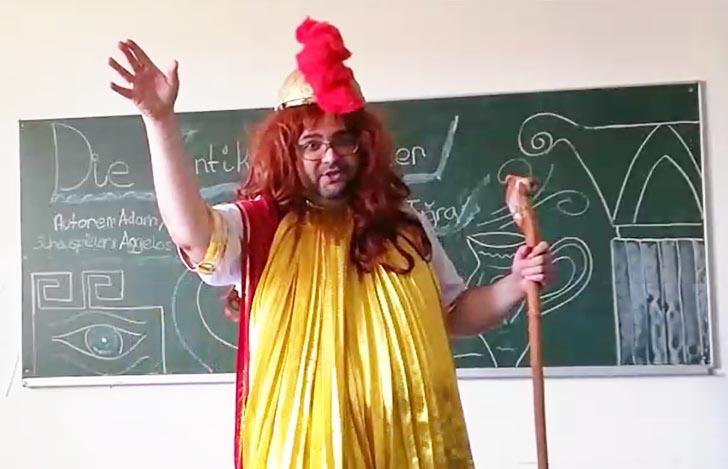 Herr Charisteas der SABEL Wirtschaftsschule Nürnberg verkleidet als griechischer Gott