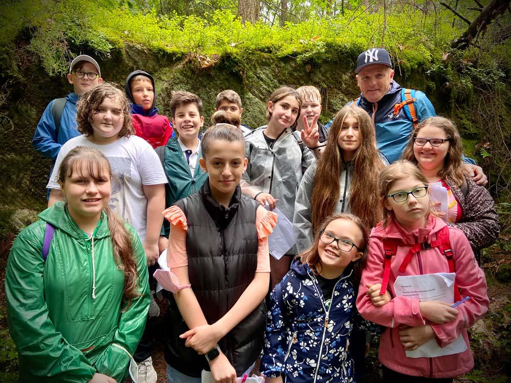 SchülerInnen der SABEL Realschule Nürnberg machen einen Waldquiz-Wandertag