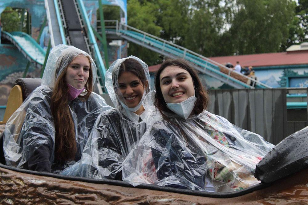 Schülerinnen des SABEL Gymnasiums Nürnberg auf der Wildwasserbahn
